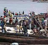 À Kisangani, piroguiers et riverains retirent des eaux boueuses du fleuve Congo et de la rivière Tshopo les corps mutilés, parfois décapités. Entre dix et plusieurs dizaines, selon des témoignages.