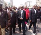Pour avoir pris la caisse du parti, Shabani (au centre) est livré à la justice